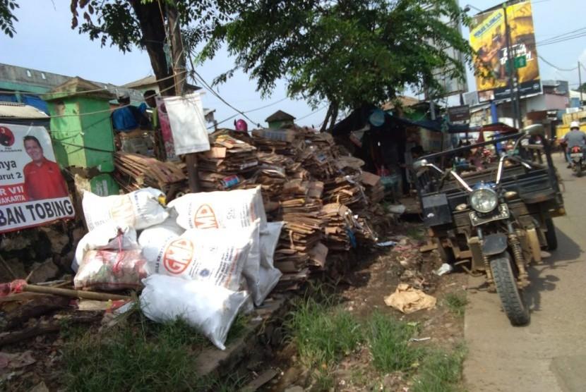 Tumpukkan sampah yang dibuang warga di bagian depan pasar setu, Kecamatan Setu, Kabupaten Bekasi,  Rabu (10/4).