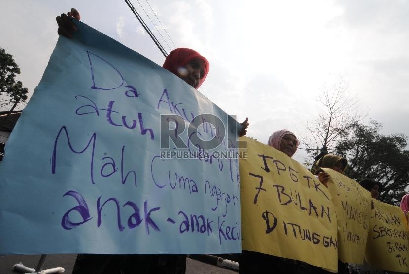 Tuntut TPG TK: Sejumlah guru TK non PNS melakukan aksi unjuk rasa menuntut pencairan penuh tunjangan profesi guru (TPG) tahun 2014 di depan Gedung DPRD Jabar, Kota Bandung, Rabu (18/2).