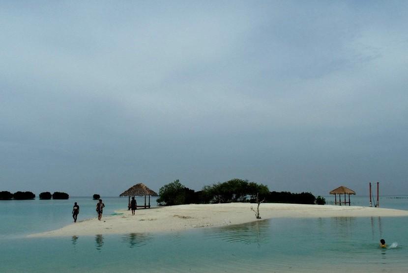 Turis domestik berwisata di Pantai Perawan, Pulau Pari, Kepulauan Seribu, Jakarta, Ahad (19/11).