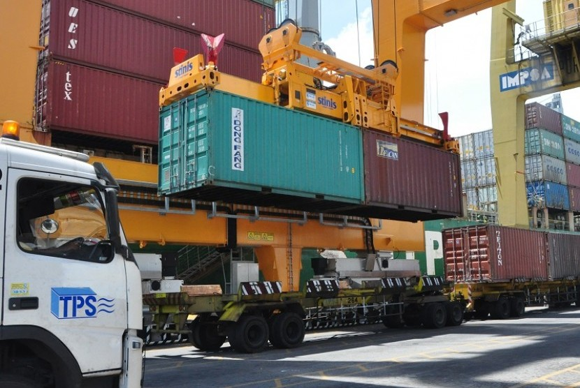 Twinlift petikemas di Pelabuhan Tanjung Perak.