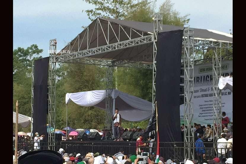 UAS saat mengawali tabligh akbar yang digelar di Lapangan Jamilega, Desa Tanjung Kerta, Kecamatan Pagerageung, Kabupaten Tasikmalaya, Jawa Barat, Jumat (5/10).