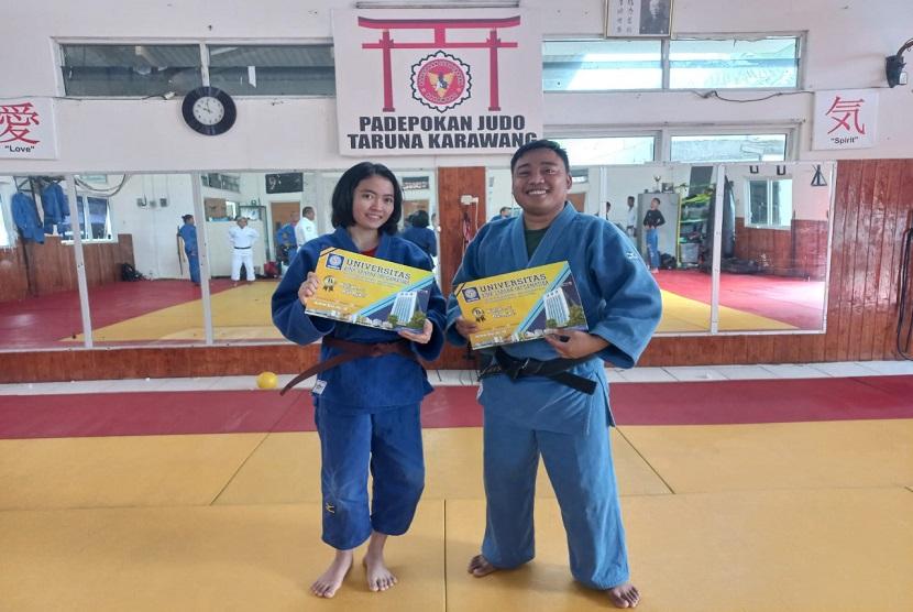 UBSI memberikan beasiswa prestasi bagi dua atlet Judo Aprilianti dan Solehurohman dari sasana Judo Taruna Karawang