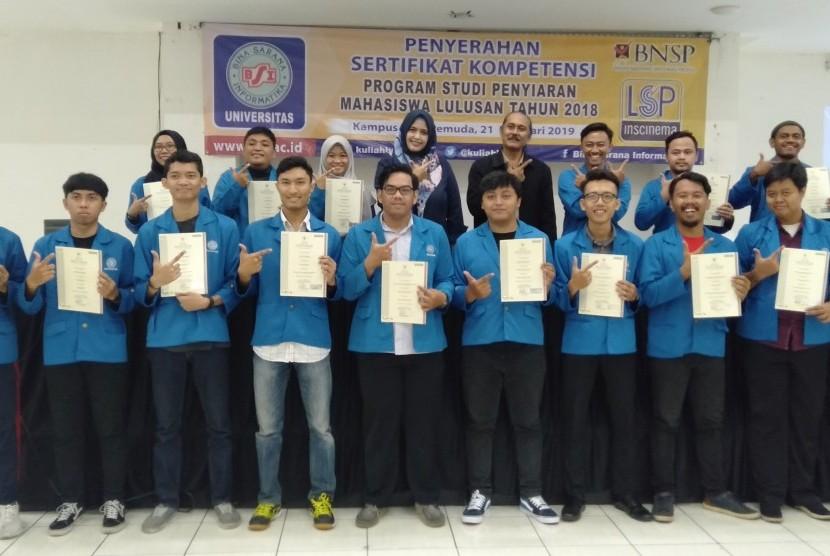 UBSI menyerahkan sertifikat komptensi kepada 188 mahasiswa Prodi  Broadcasting yang lulus sertifikasi bidang studi penyiaran.