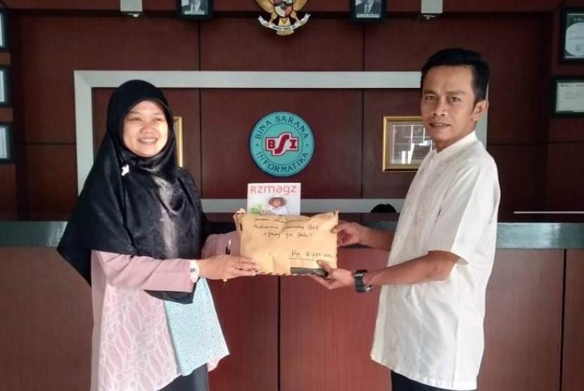 UBSI  Pontianak menyerahkan bantuan dana untuk korban bencana Palu dan Donggala melalui Rumah Zakat.