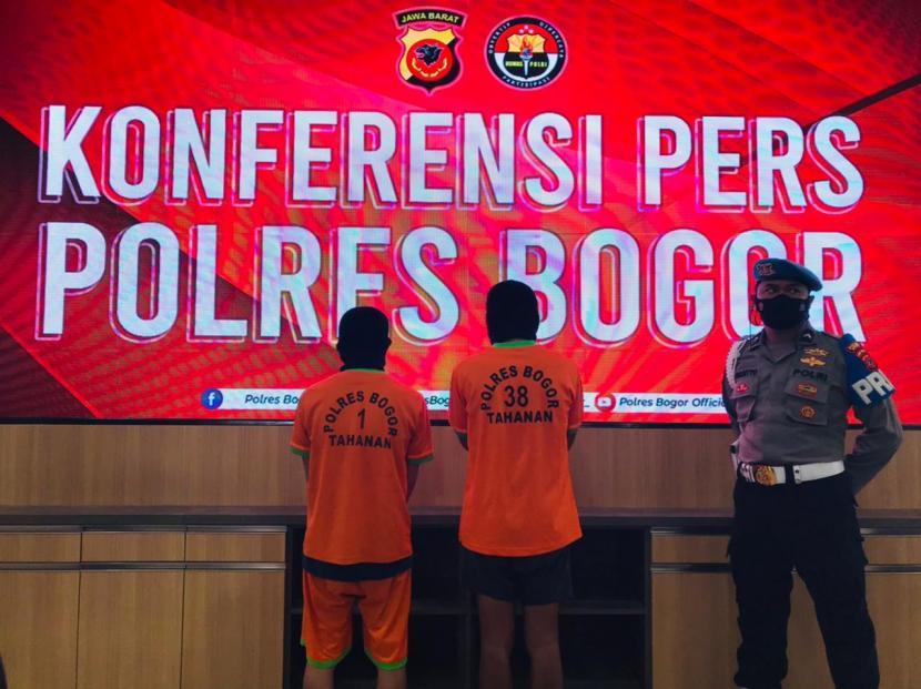 UG (30 tahun) dan ES (29), pencuri 400 ikan arwana dari kolam budidaya arwana, di Sukahati, Cibinong, Kabupaten Bogor yang beraksi sejak 2019 hingga Februari 2021.