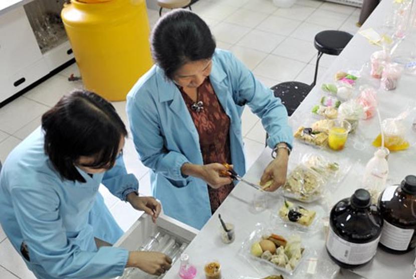Uji sampel makanan. Ilustrasi