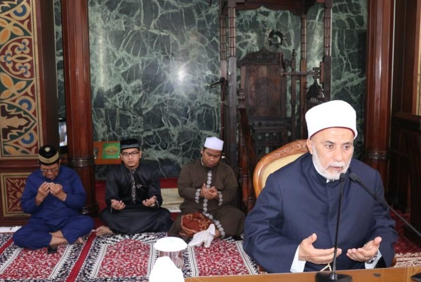 Ulama dari Al Azhar University, Mesir, Maulana Syarif Sidi Syeikh Dr Yusri Rusydi Sayid Jabr Alhasani mengisi Kajian Dhuha Masjid Agung Sunda Kelapa (MAAK) Jakarta, Ahad (21/4).