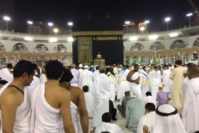 Umat Islam dari berbagai negara mengenakan pakaian ihram untuk berumrah.