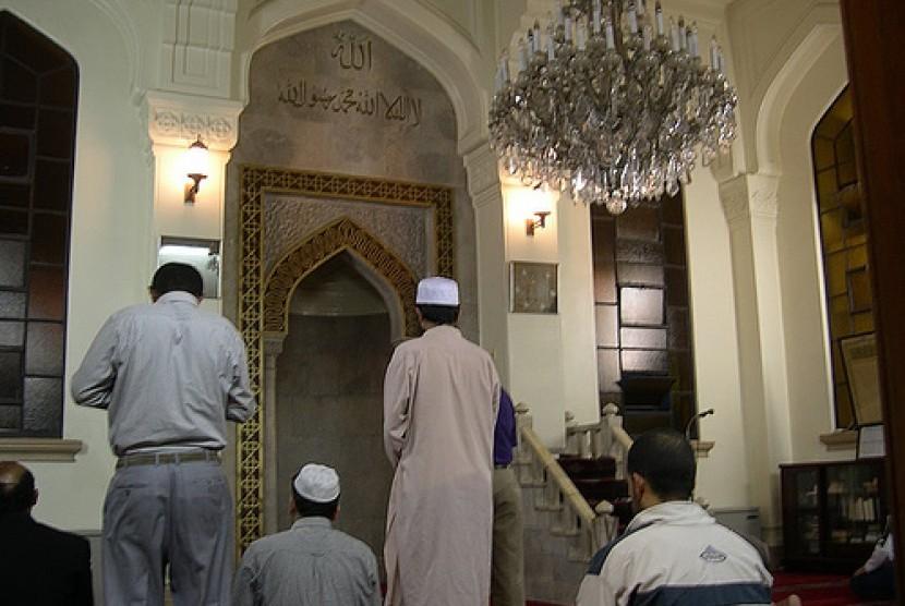 Umat Islam melaksanakan shalat di Masjid Kobe, Jepang.