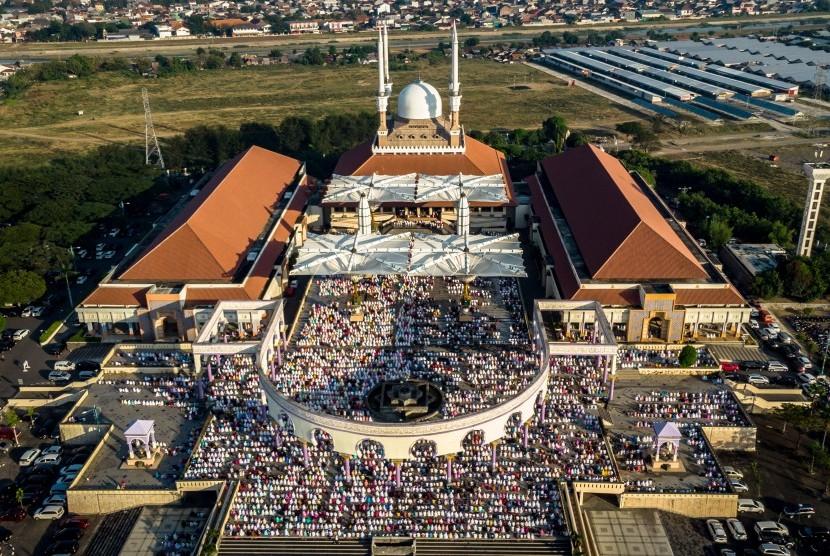 Umat Islam melaksanakan shalat di Masjid Agung Jawa Tengah, Semarang, Jawa Tengah. ilustrasi