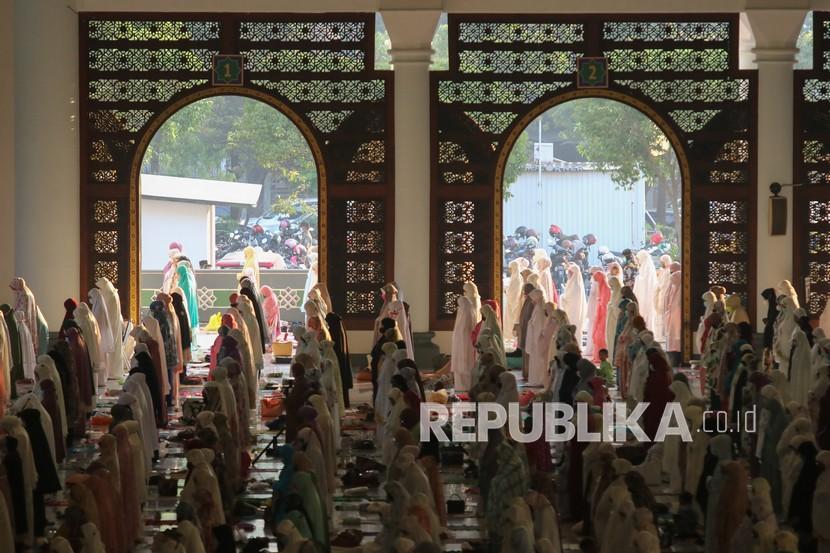 Umat Islam melaksanakan shalat Idul Fitri di Masjid Nasional Al Akbar, Surabaya, Jawa Timur, Kamis (13/5/2021). Pelaksanaan shalat Idul Fitri yang diikuti ribuan umat Islam itu digelar dengan menerapkan protokol kesehatan ketat.
