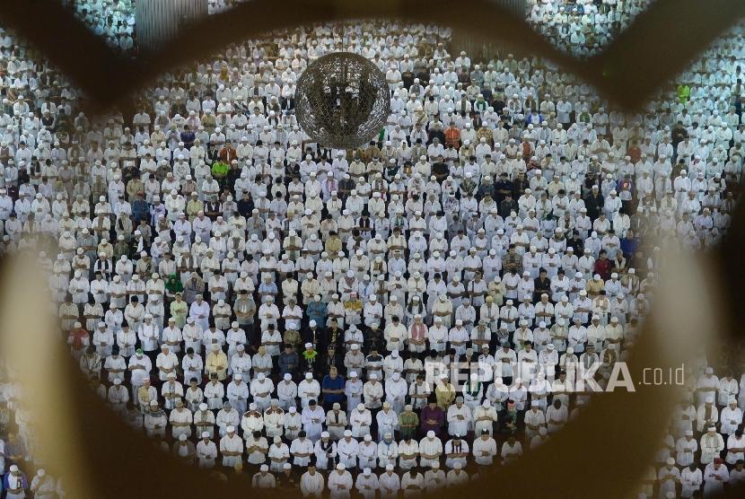 Umat Islam melaksanakan sholat jumat berjamaah di Masjid Istiqlal, Jakarta, Jumat (5/5).