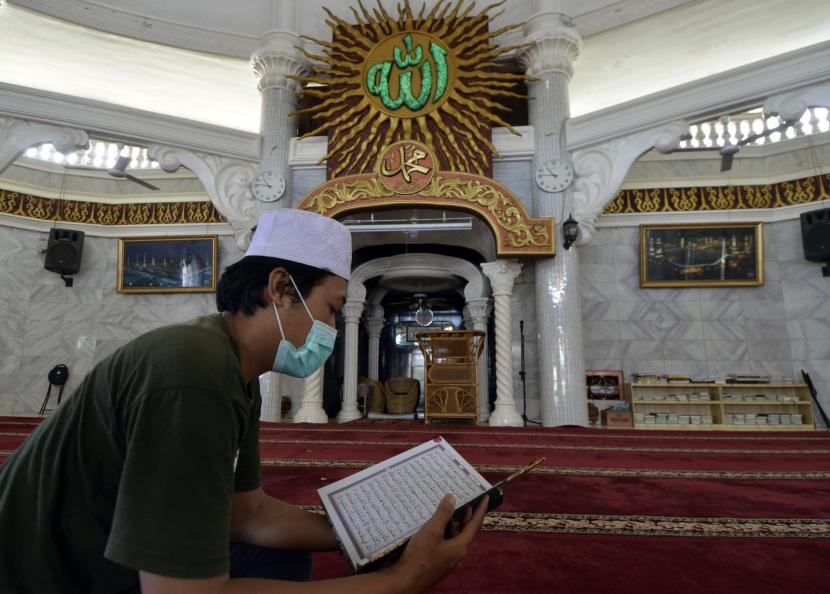 Umat Islam membaca Al Quran di Masjid Al-Hikmah Bandar Lampung, Lampung, Kamis (15/4/2021). Pada bulan Ramadhan umat Islam memperbayak kegiatan ibadah seperti tadarus atau membaca Al Quran.