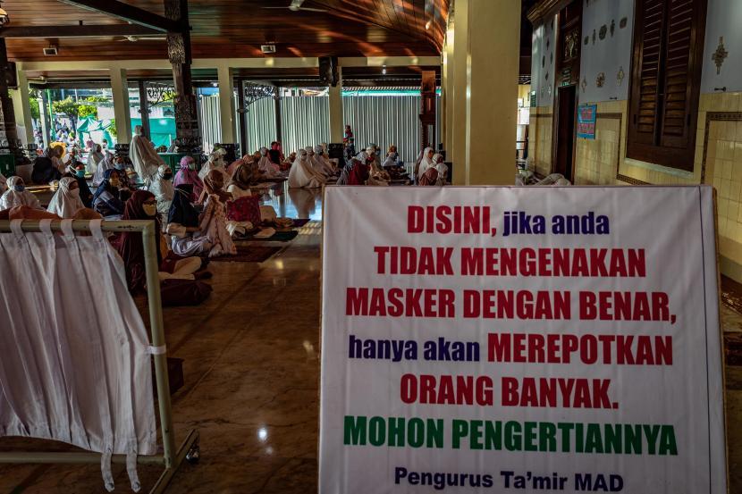 Kemenag Terbitkan Panduan Sholat Idul Fitri 1442 H. Foto:   Umat Islam mendengarkan khotbah usai mengikuti shalat Idul Fitri 1441 Hijriah di Masjid Agung Demak (MAD), Jawa Tengah, Ahad (24/5/2020). Pengurus MAD memberlakukan sejumlah protokol kesehatan dalam pelaksanaan shalat Id di antaranya yaitu dengan pemeriksaan suhu tubuh, mewajibkan pemakaian masker, pembatasan jumlah jemaah di dalam masjid, merenggangkan jarak saf shalat, serta pengelompokan saf per keluarga di halaman maupun luar kompleks MAD guna mencegah penyebaran COVID-19.