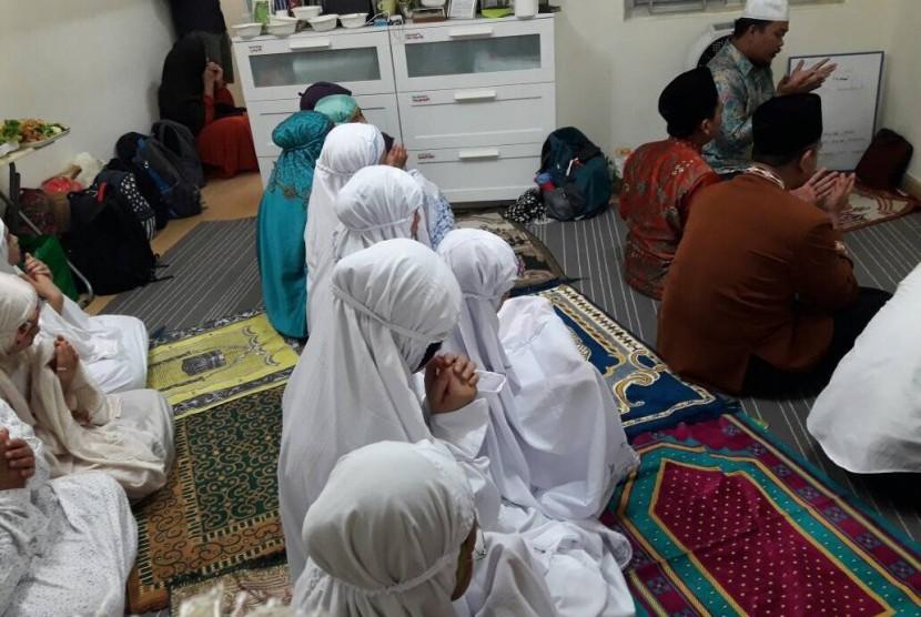 Umat Islam tengah melaksanakan shalat di Hong Kong.