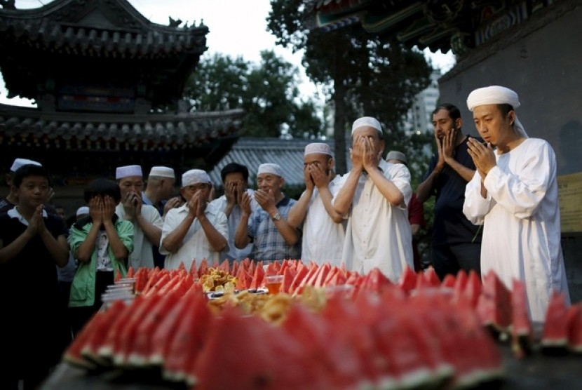 Umat Muslim berdoa sebelum membatalkan puasa Ramadhan di Masjid Niujie, Beijing, Cina.
