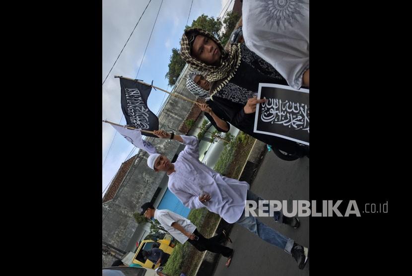 Umat Muslim di Tasikmalaya menggelar aksi bela tauhid. Aksi serupa dilakukan di Jakarta dari Masjid Istiqlal, Jumat (26/10).