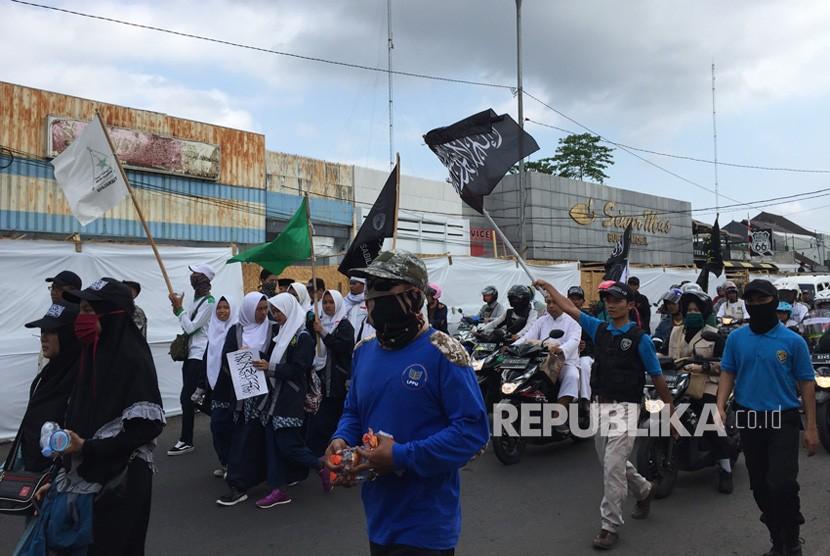 Umat muslim di Tasikmalaya menggelar aksi bertema Dakwah Kalimat Tauhid on the Sreet di depan Masjid Agung Kota Tasikmalaya, Jawa Barat, Rabu (24/10). Aksi ini sebagai bentuk protes atas insiden pembakaran bendera tauhid di Garut.