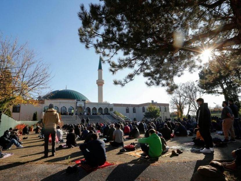 Umat Muslim melaksanakan sholat di masjid di Wina, Austria.