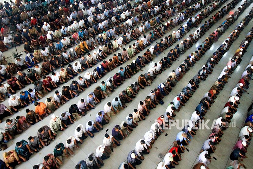 Umat muslim melakukan salat Jumat terakhir pada bulan Ramadhan 1439 H, di Masjid Agung Islamic Centre Lhokseumawe, Aceh, Jumat (8/6).
