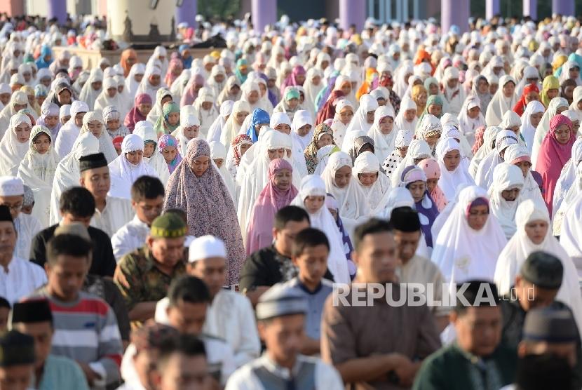Umat Muslim melakukan shalat Idul Fitri 1437 H di Masjid Agung Jawa Tengah, Semarang, Rabu (6/7). (Republika/Wihdan)