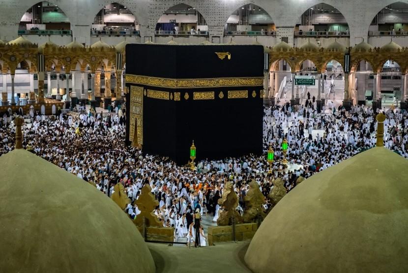 Umat Muslim melakukan Tawaf keliling Kabah sebagai bagian dari pelaksanaan ibadah Umroh di Masjidil Haram, Makkah Al Mukarramah, Arab Saudi, Jumat (3/5/2019).