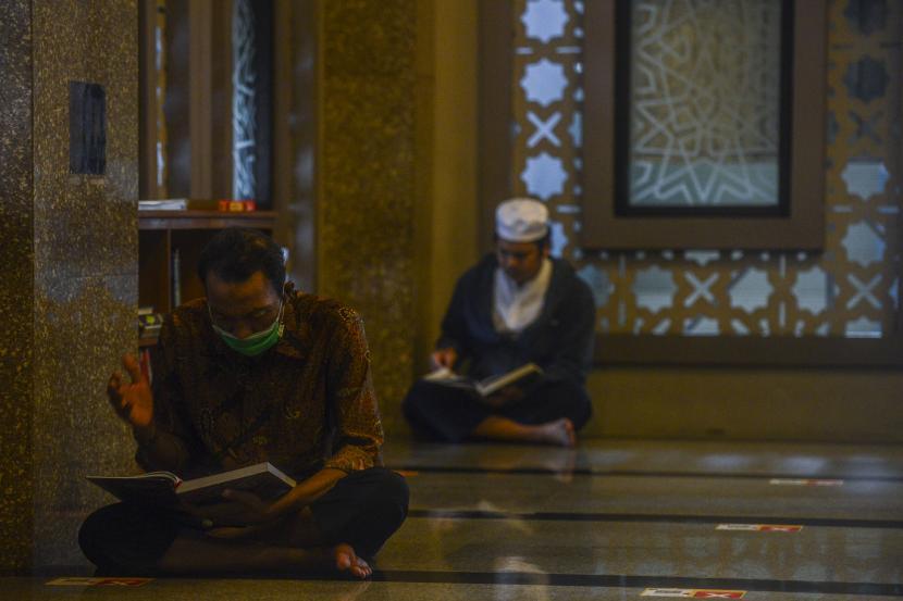 Umat Muslim membaca Al-Quran saat hari pertama puasa Ramadhan 1442 Hijriah di Masjid Raya Bogor, Kota Bogor, Jawa Barat.