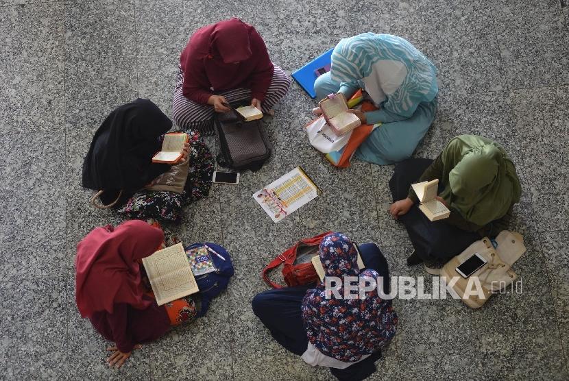 Umat Muslim membaca Kitab Suci Al Quran di Masjid At-tin, Jakarta Timur, Ahad (28/5).