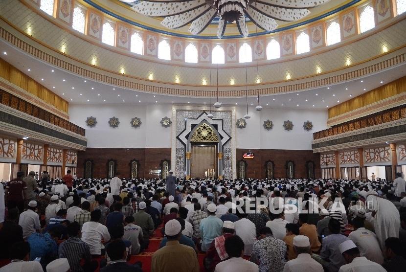 Umat muslim mendengarkan ceramah di Masjid komplek Islamic Center Mataram, Lombok, NTB. (ilustrasi)