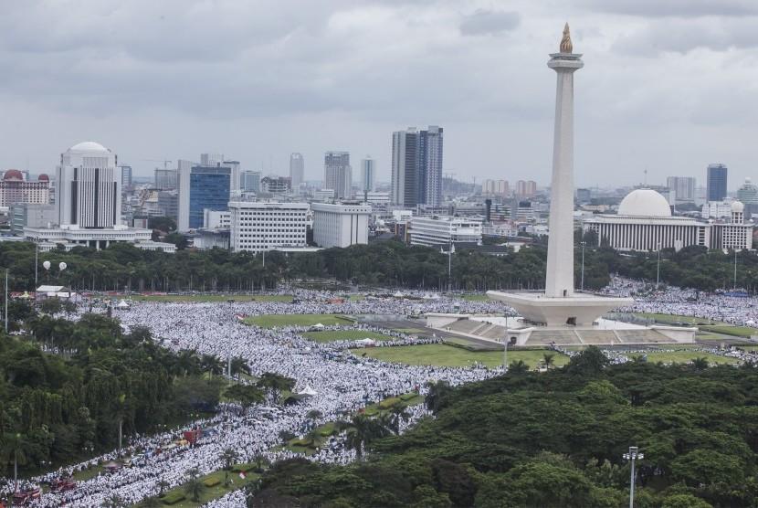Millions of people follow 212 rally in Monas area, Jakarta, Friday (Dec 2, 2016).