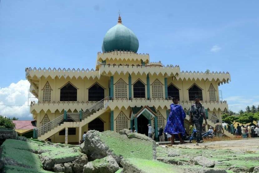 Umat muslim meninggalkan Masjid Al Ikhlas usai menunaikan Salat Jumat pekan kedua pascagempa dan tsunami Palu-Donggala di Biromaru, Kabupaten Sigi, Sulawesi Tengah, Jumat (12/10).
