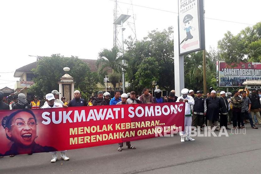 Aksi unjuk rasa terkait puisi Sukmawati Soekarnoputri