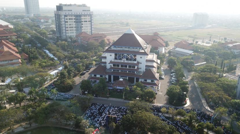 Unair Surabaya Tambah Tiga Guru Besar Baru. Universitas Airlangga, Surabaya.