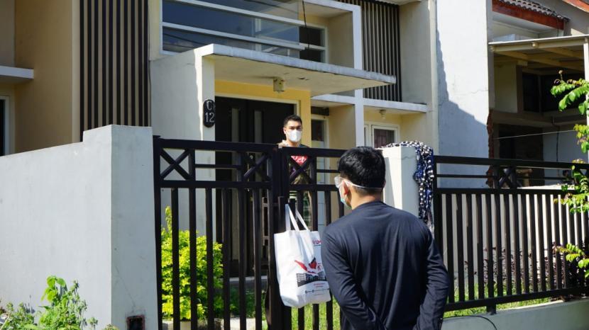Universitas Muhammadiyah Malang (UMM) menyalurkan bantuan kepada para penderita yang melakukan isolasi mandiri (isoman).