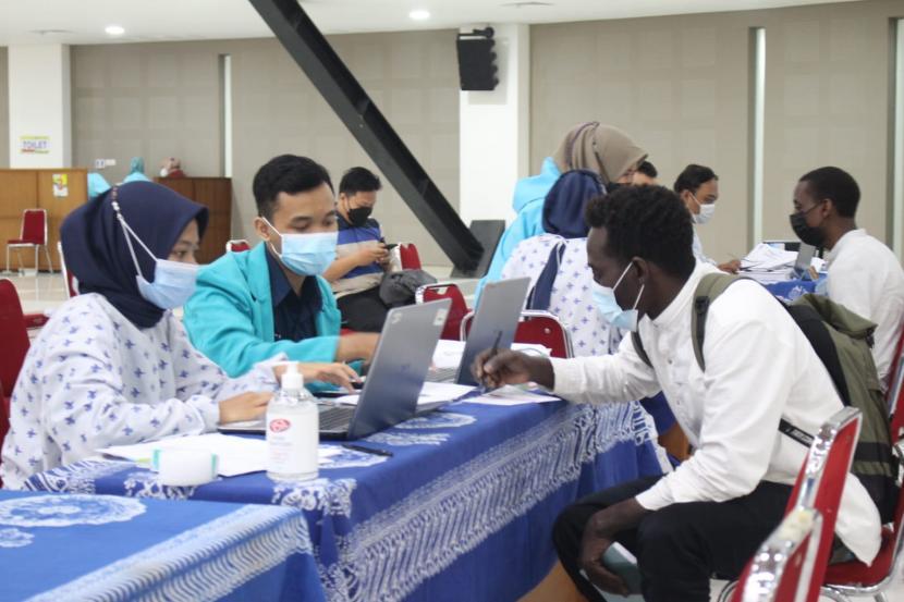 Universitas Muhammadiyah Surakarta (UMS) menyelenggarakan vaksinasi Covid-19 yang menyasar mahasiswa internasional di Gedung Edutorium KH Ahmad Dahlan, Solo, Jawa Tengah, Selasa (12/10).