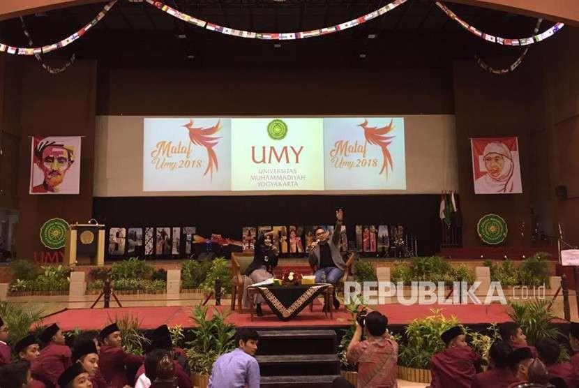 Universitas Muhammadiyah Yogyakarta (UMY) mulai menggelar Masa Ta'aruf Mahasiswa Baru (Mataf Maba) tahun 2018 pada Senin (27/8) di Sportorium UMY. Demi memberikan motivasi bagi maba, UMY pun menghadirkan Fahd Pahdepie, alumni UMY yang juga seorang penulis dan juga pegiat sosial.