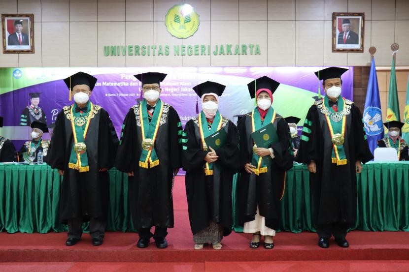 Universitas Negeri Jakarta (UNJ) kembali mengukuhkan guru besar, Kamis (7/10). Bertempat di Aula Latief Hendraningrat, Gedung Dewi Sartika, Kampus A UNJ, dilangsungkan pengukuhan tiga Guru Besar UNJ yang berasal dari Fakultas Matematika dan IPA (FMIPA) dan Fakultas Ilmu Pendidikan (FIP).