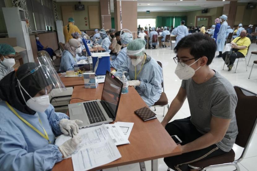 Universitas Sebelas Maret (UNS) Solo bekerja sama dengan Tentara Nasional Indonesia (TNI) menggelar vaksinasi Covid-19 tahap kedua bagi 1.000 mahasiswa, bertempat di Gedung Auditorium Fakultas Kedokkteran (FK) UNS, Sabtu (3/7).