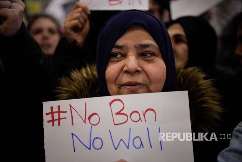 Unjuk rasa menolak kebijakan Trump yang melarang pendatang Muslim ke Amerika di Boston, Massachusetts.