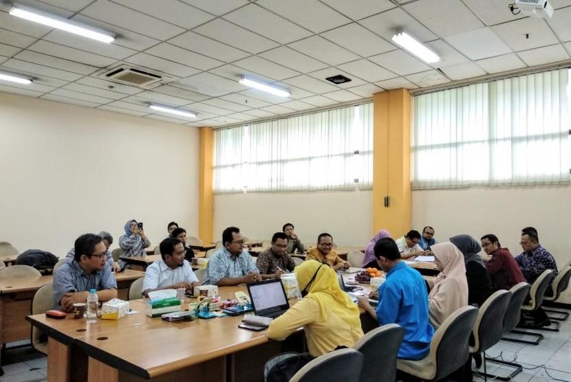 Untuk meningkatkan kompetensi profesi amil zakat, Forum Zakat (FOZ) bersama Lembaga Sertifikasi Profesi Keuangan Syariah(LSP-KS) menginisiasi proses sertifikasi amil zakat yang terdaftar dan diakui oleh Badan Nasional Sertifikasi Profesi (BNSP). Hal ini merupakan tindak lanjut dari Standar Kompetensi Kerja Khusus (SKKK) Amil Zakat yang sudah diakui oleh BNSP.