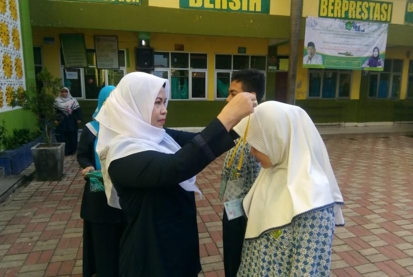 Upacara pembukaan Ujian Akhir Madrasah Berstandar Nasional Berbasis Komputer di MTsN 1 Bogor.