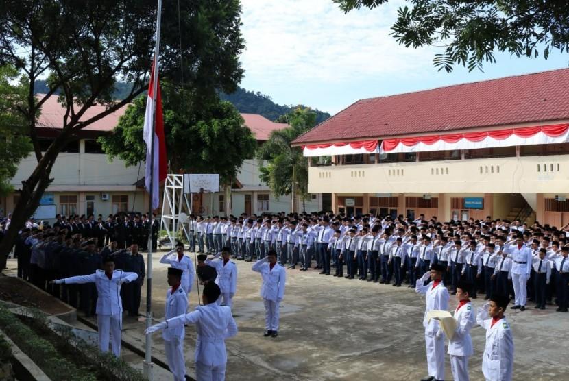 Uparacara memperingati detik-detik Proklamasi di kampus putra Perguruan Ar Risalah Padang.