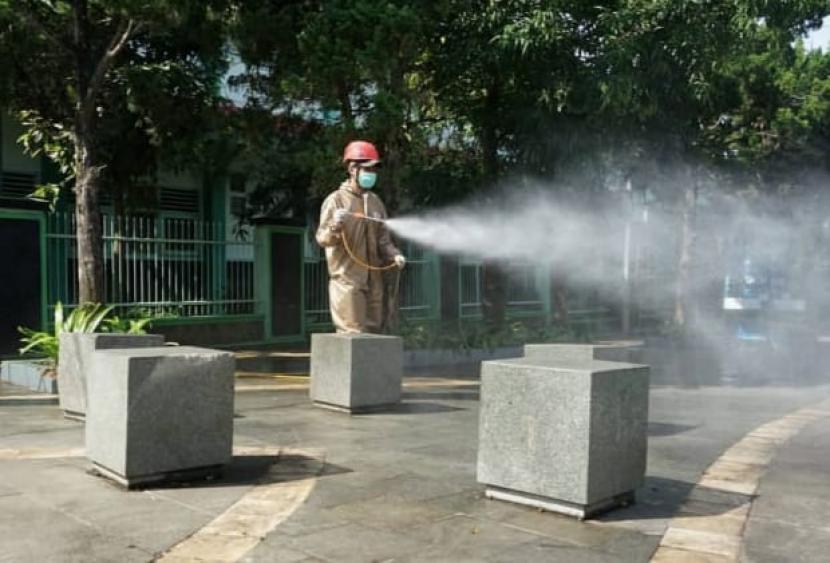 Upaya pencegahan penyebaran Covid-19 terus dilakukan di pemkot Sukabumi. Salah satunya dilakukan petugas gabungan yang melakukan penyemprotan disinfektan di kawasan pedestrian Ir Djuanda (Dago), Kota Sukabumi, Jumat (25/6).