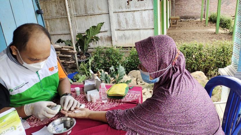 UPZ PermataBank Syariah dan Rumah Zakat telah membantu puluhan lansia yang ada di Desa Manggungsari untuk mewujudkan lansia sehat.