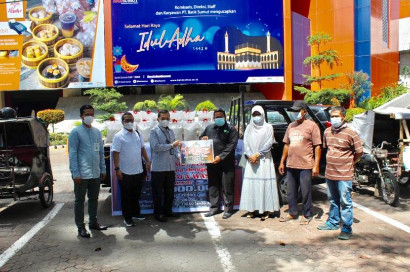 UPZ PT Bank Sumut bersama Dompet Dhuafa Waspada melakukan serah terima bantuan berupa 7,5 ton beras pada Jumat (23/7).