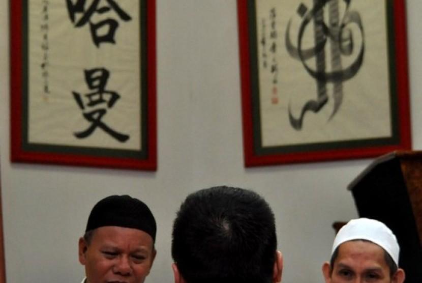 Ustad membacakan sejumlah ketentuan menjadi Muslim kepada Ferro Darmawan (38) usai menisbihkan dirinya menjadi seorang Mualaf di Masjid Lautze, Jakarta Pusat, Senin (15/7).Hingga memasuki hari ke 5 bulan Ramadhan,Yayasan Masjid tersebut mencatat sebanyak 6