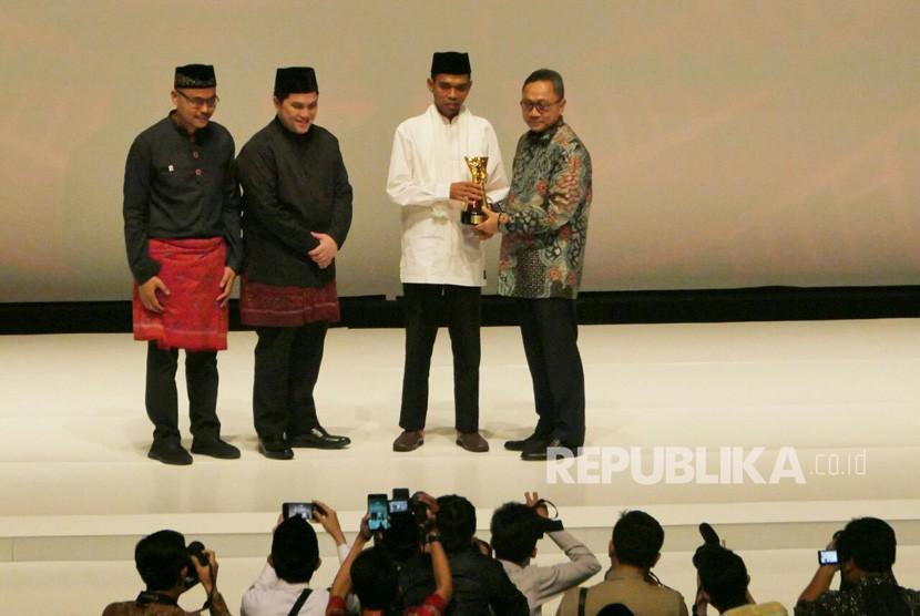 Ustaz Abdul Somad menerima penghargaan saat Acara penganugerahan Tokoh Perubahan Republika di Djakarta Theater, Jakarta Pusat, Selasa (10/4).