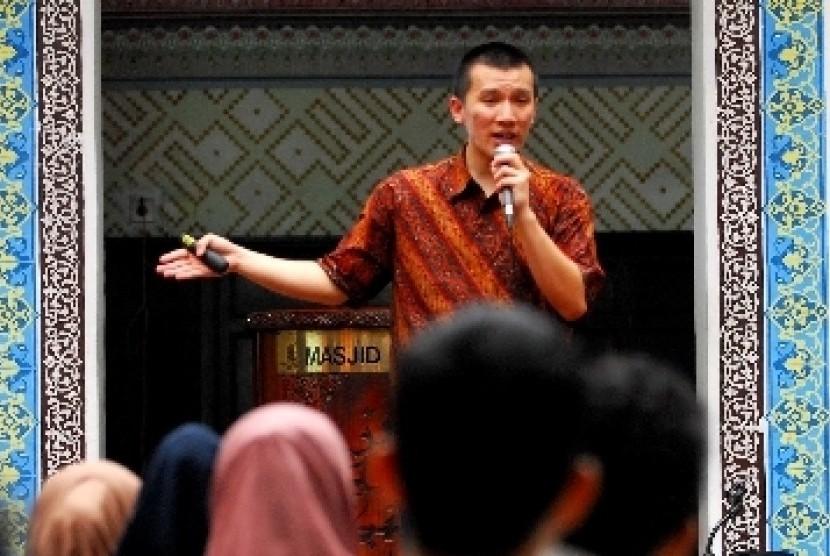 Ustadz yang juga seorang mualaf, Felix Siauw, memberikan taushiyahnya dengan mengangkat tema