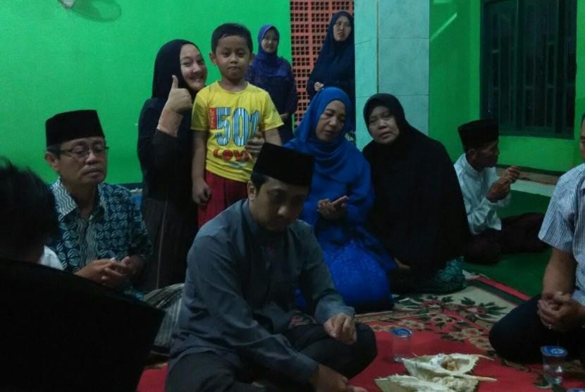 Ustadz Yusuf Mansur menikmati buah durian sebelum mengisi tausiyah takziah di rumah alm Damanhuri Zuhri, Parung, Bogor, Kamis (5/1/2017).