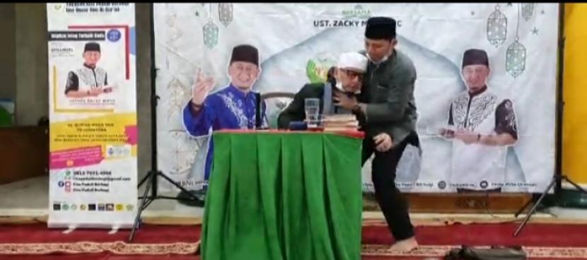 Ustadz Zaky Mirza pingsan saat memberikan ceramah.